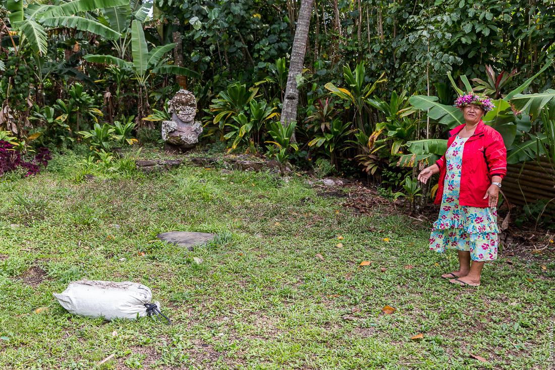 Улыбающаяся тики и полинезийская женщина, остров Раиваваэ, архипелаг Острал (Тубуаи). Raivavae island, Astral (Tubuai) Islands, French Polynesia. The Smiling tiʻi (tiki) and a Polynesian woman