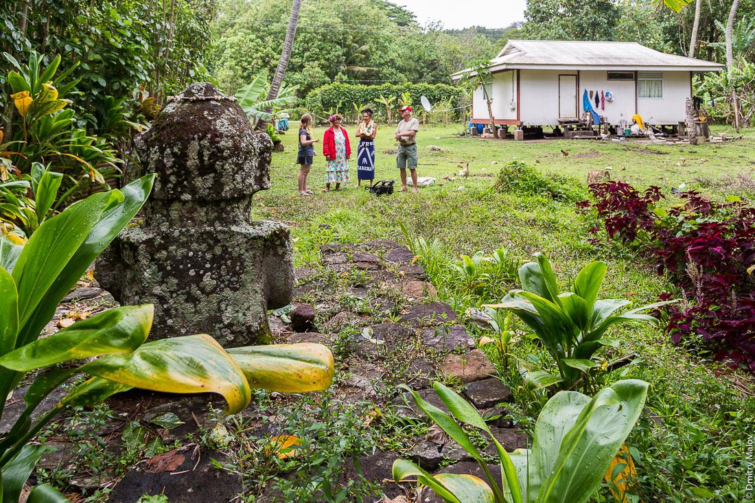 Улыбающаяся тики, вид сзади, остров Раиваваэ, архипелаг Острал (Тубуаи). Raivavae island, Astral (Tubuai) Islands, French Polynesia. The Smiling tiʻi (tiki) rear view.