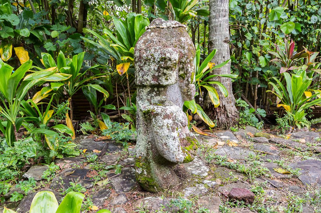 Улыбающаяся тики, вид сбоку, остров Раиваваэ, архипелаг Острал (Тубуаи). Raivavae island, Astral (Tubuai) Islands, French Polynesia. The Smiling tiʻi (tiki) side view.