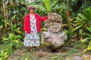 Улыбающаяся тики и полинезийская женщина, остров Раиваваэ, архипелаг Острал (Тубуаи). Raivavae island, Astral (Tubuai) Islands, French Polynesia. The Smiling ti'i (tiki) and a Polynesian woman