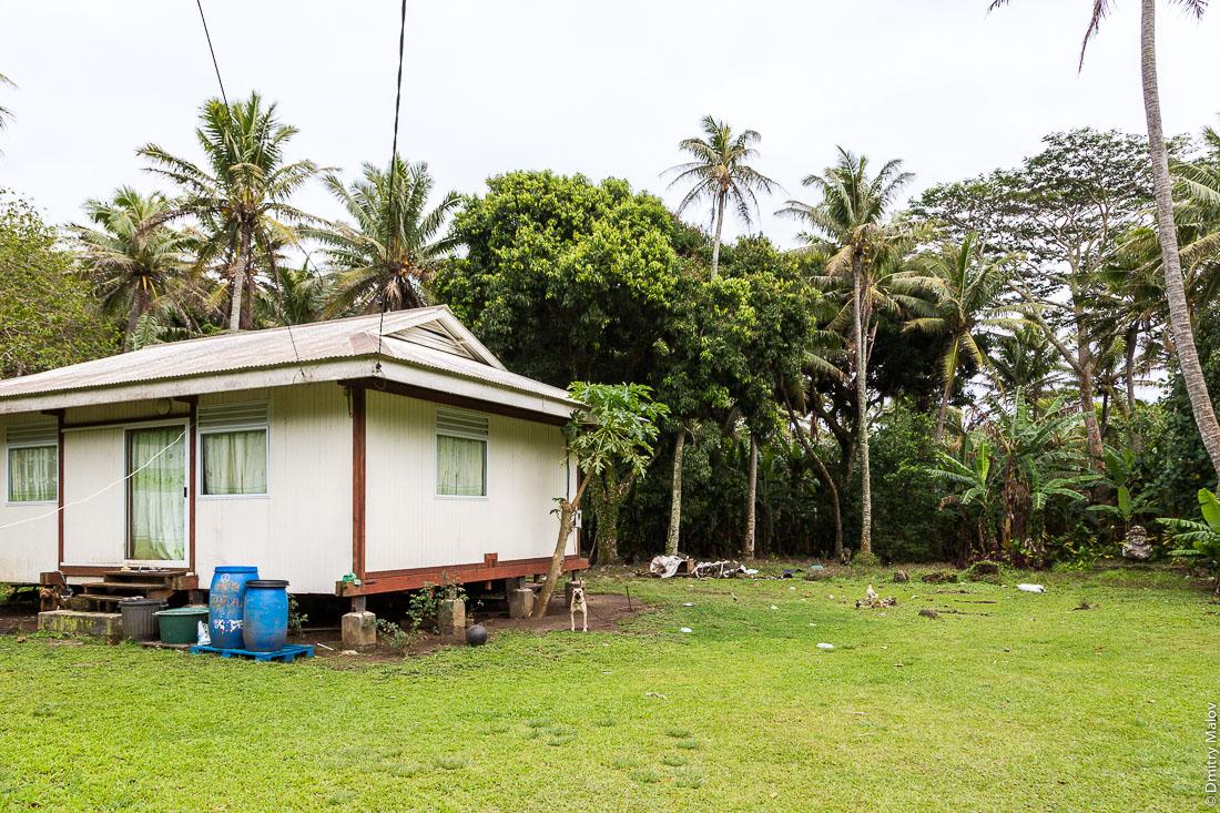 Улыбающаяся тики в полинезийском дворе, остров Раиваваэ, архипелаг Острал (Тубуаи). Raivavae island, Astral (Tubuai) Islands, French Polynesia. The Smiling ti'i (tiki) in a Polynesian yard