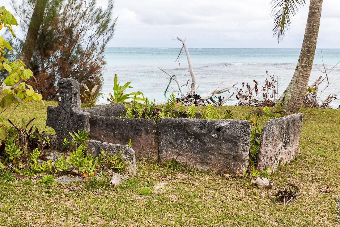 Могила. Деревня Маханатоа, остров Раиваваэ, архипелаг Острал (Тубуаи). Raivavae island, Astral (Tubuai) Islands, French Polynesia. Mahanatoa village, grave, tomb, Temaiana