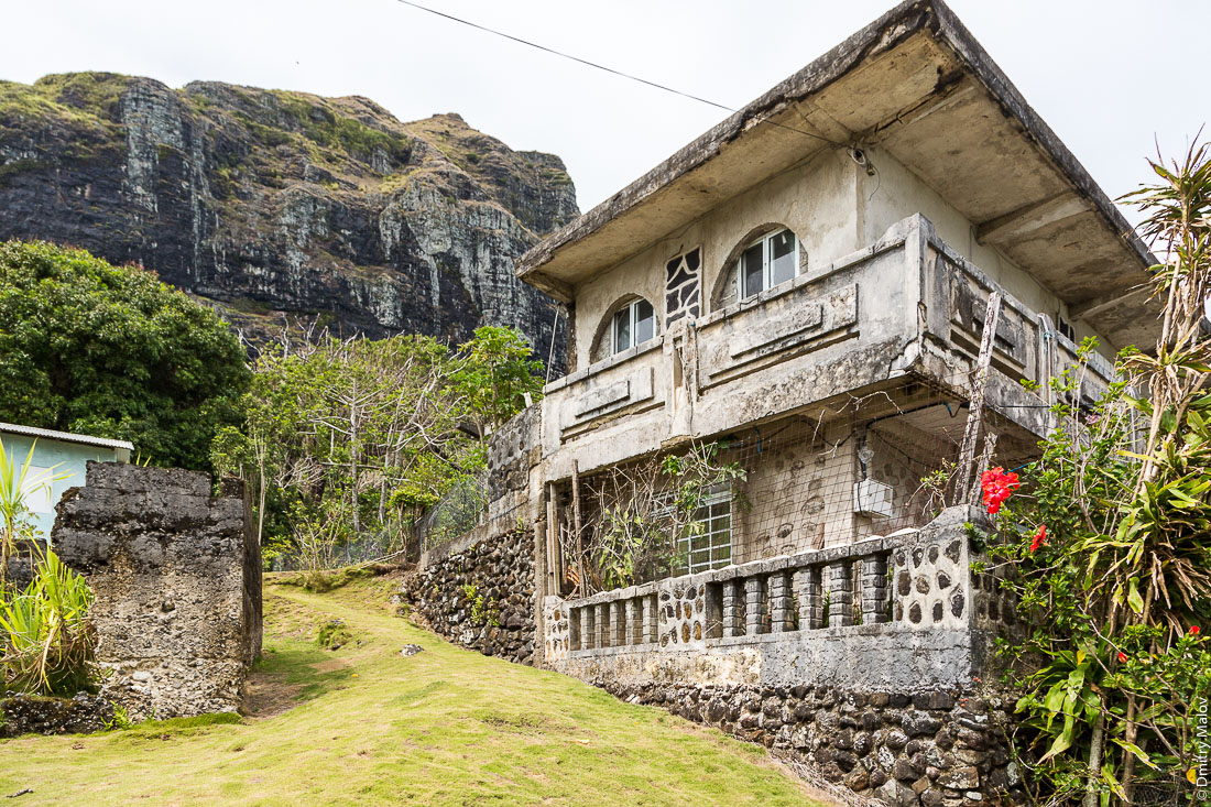 Дом в деревне Анатону, остров Райваваэ, архипелаг Острал (Тубуаи). Raivavae island, Astral (Tubuai) Islands, French Polynesia. A house in Anatonu village.