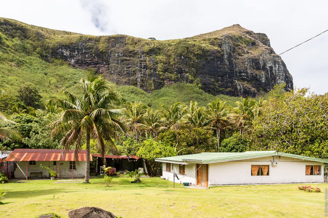 Дома в деревне Анатону, остров Раиваваэ, архипелаг Острал (Тубуаи). Raivavae island, Astral (Tubuai) Islands, French Polynesia. Houses in Anatonu village.