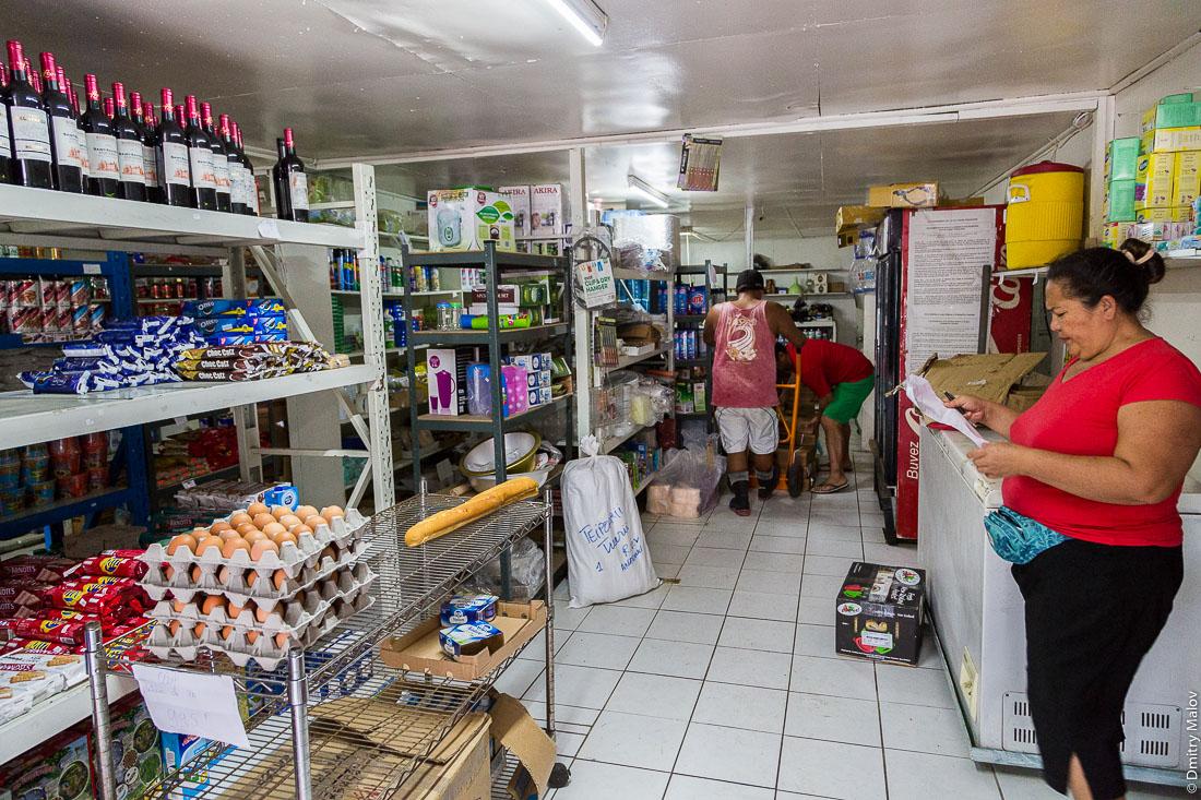 Магазин в деревне Анатону, оприходование товара. Остров Раиваваэ, архипелаг Острал (Тубуаи). Raivavae island, Astral (Tubuai) Islands, French Polynesia. A shop in Anatonu village, goods arrived.
