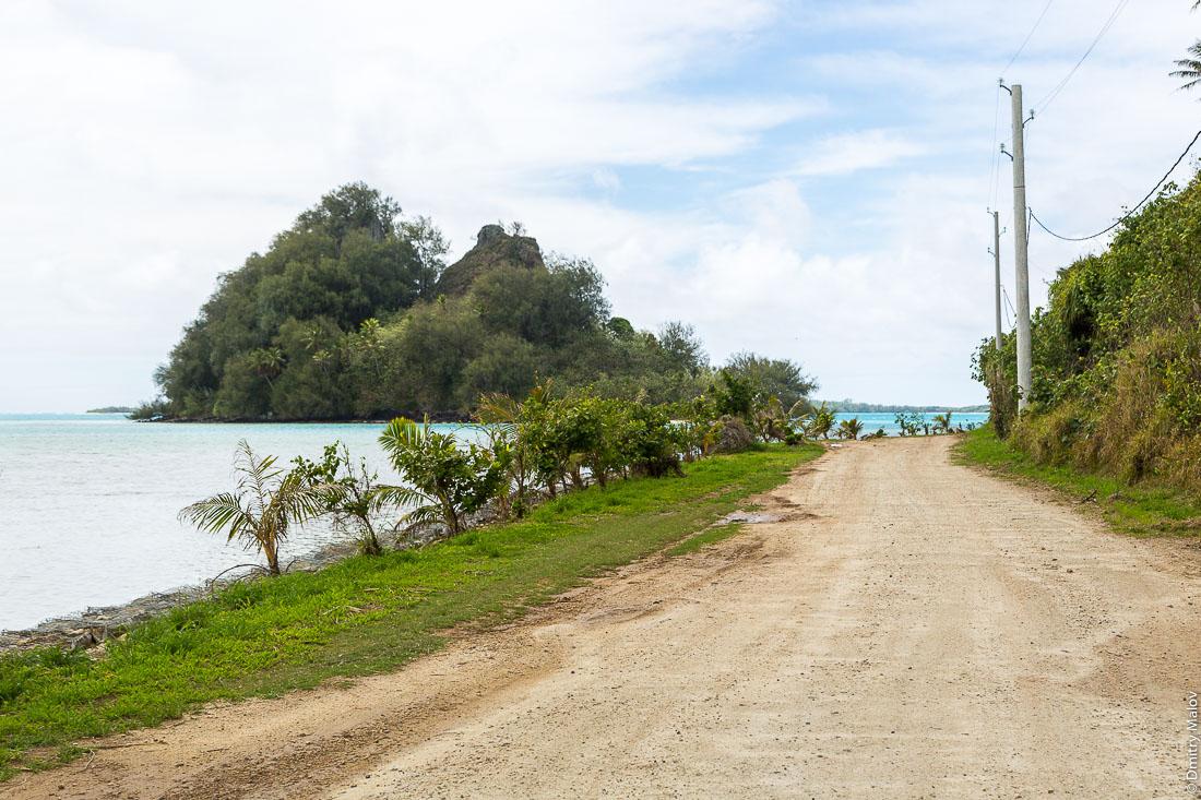 Дорога вокруг острова Райваваэ, архипелаг Острал (Тубуаи). The road around the island, Raivavae, Astral (Tubuai) Islands, French Polynesia.