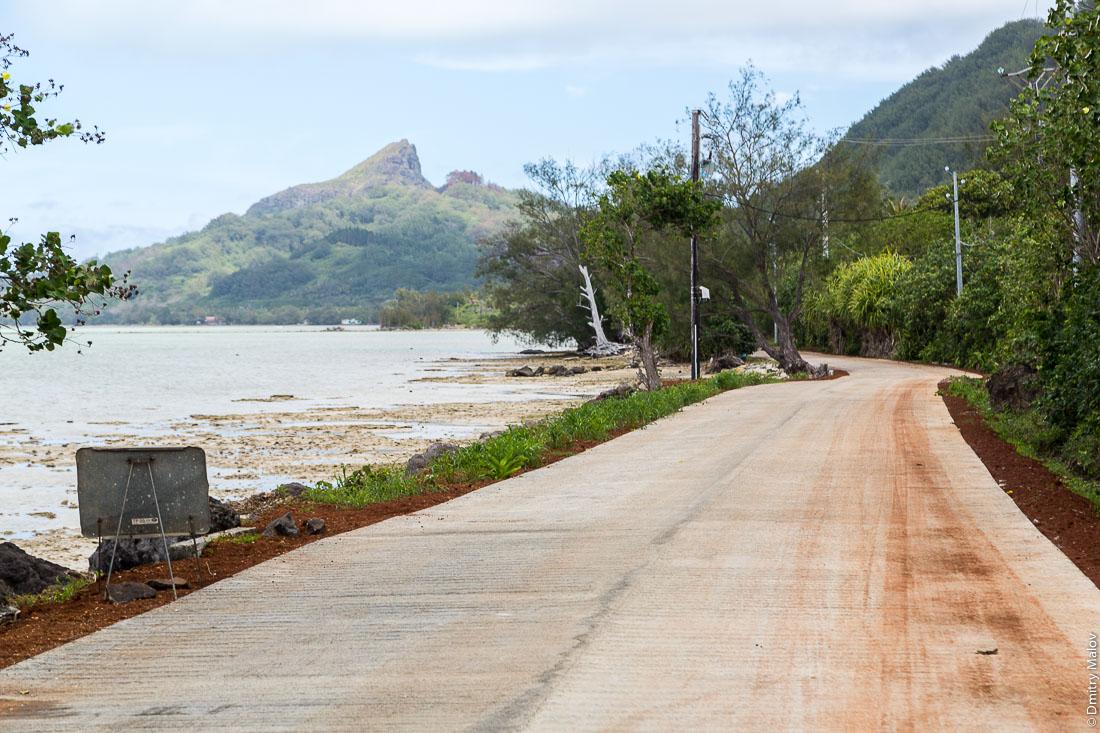 Дорога вокруг острова Райвавае, архипелаг Острал (Тубуаи). The road around the island, Raivavae, Astral (Tubuai) Islands, French Polynesia.