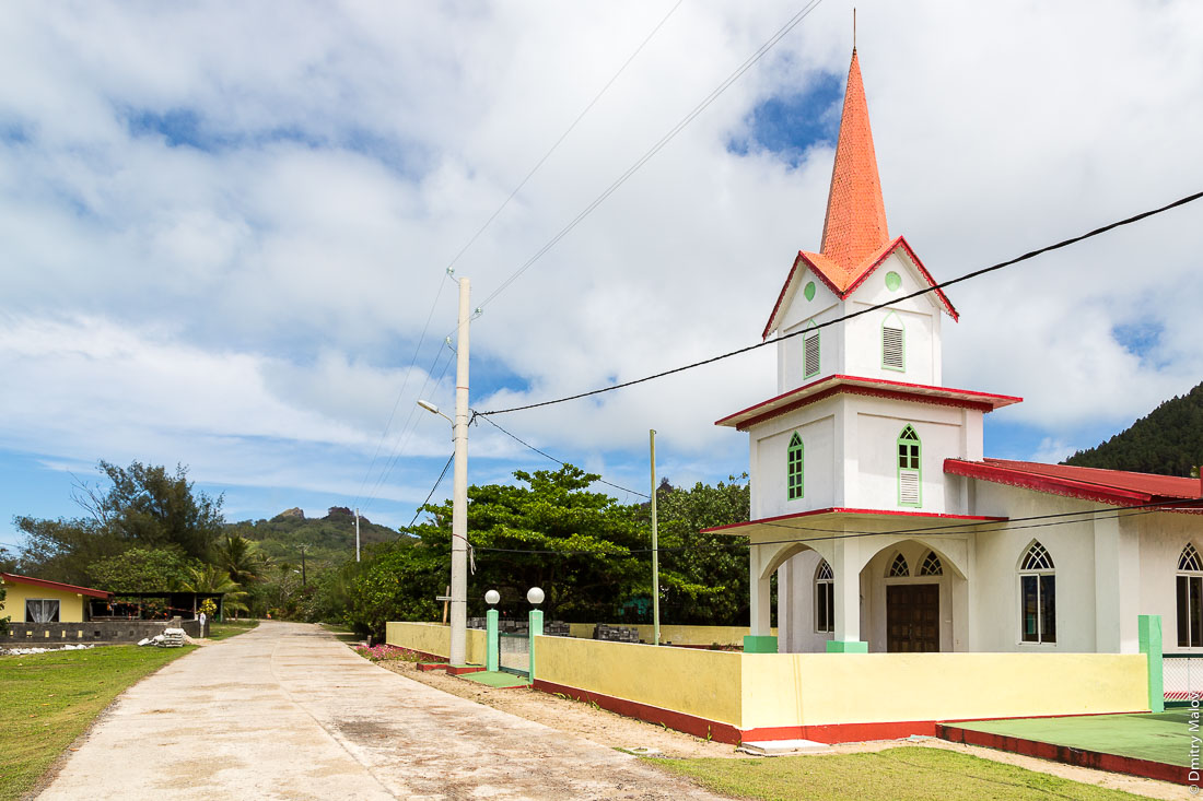 Церковь в деревне Ваиуру, остров Райвавае, архипелаг Острал (Тубуаи). Raivavae island, Astral (Tubuai) Islands, French Polynesia. The Church at Vaiuru village.