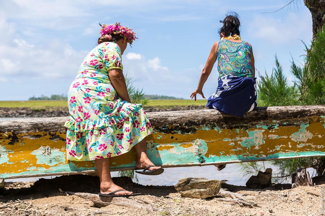 Две полинезийски сидят на лодке у лагуны, остров Раиваваэ, архипелаг Острал (Тубуаи). Raivavae island, Astral (Tubuai) Islands, French Polynesia. Two Polynesian women are sitting on a boat by the lagoon