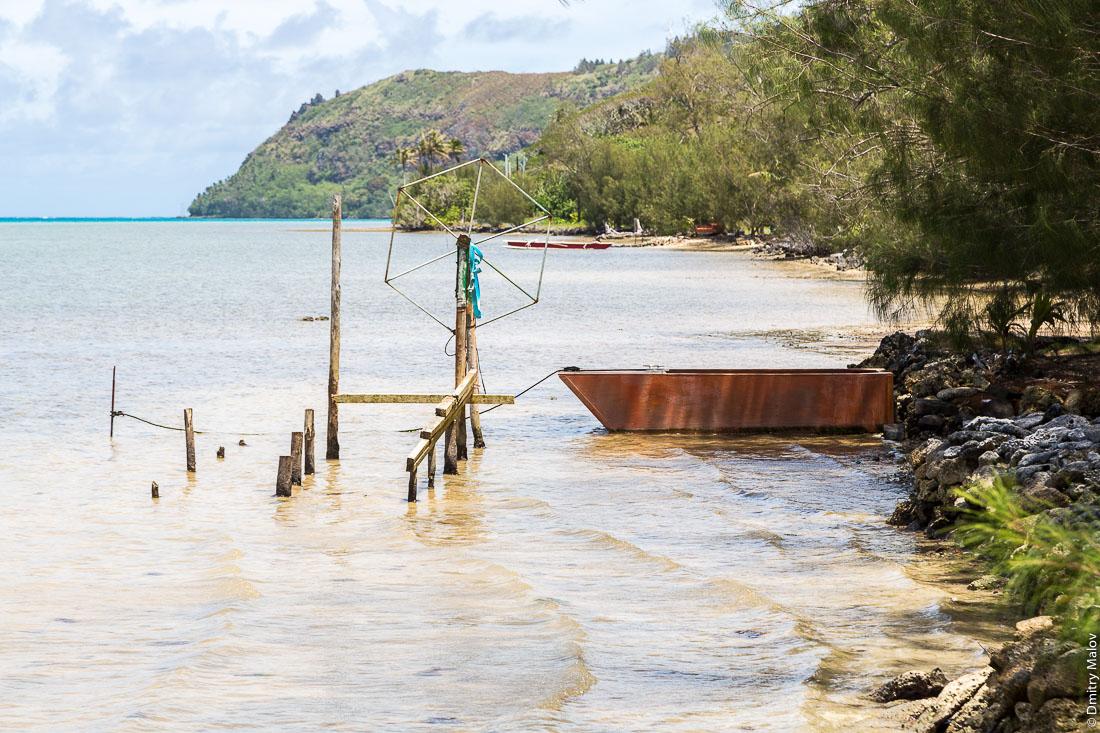 Лодка и подъёмное устройство для лодки у лагуны, остров Райваваэ, архипелаг Острал (Тубуаи). Raivavae island, Astral (Tubuai) Islands, French Polynesia. A boat and a a lifting machine by lagoon