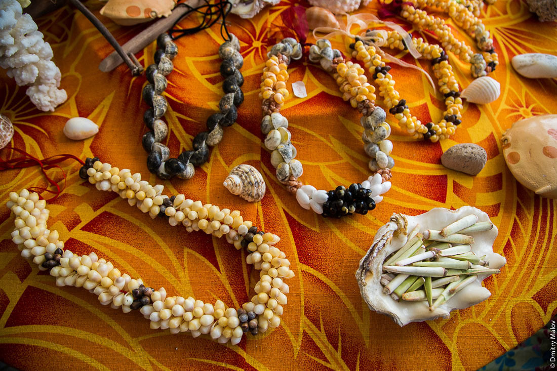 Полинезийские ожерелья из ракушек, сувениры. Остров Раиваваэ, архипелаг Острал (Тубуаи). Polynesian farewell seashell necklace. Raivavae island, Astral (Tubuai) Islands, French Polynesia.