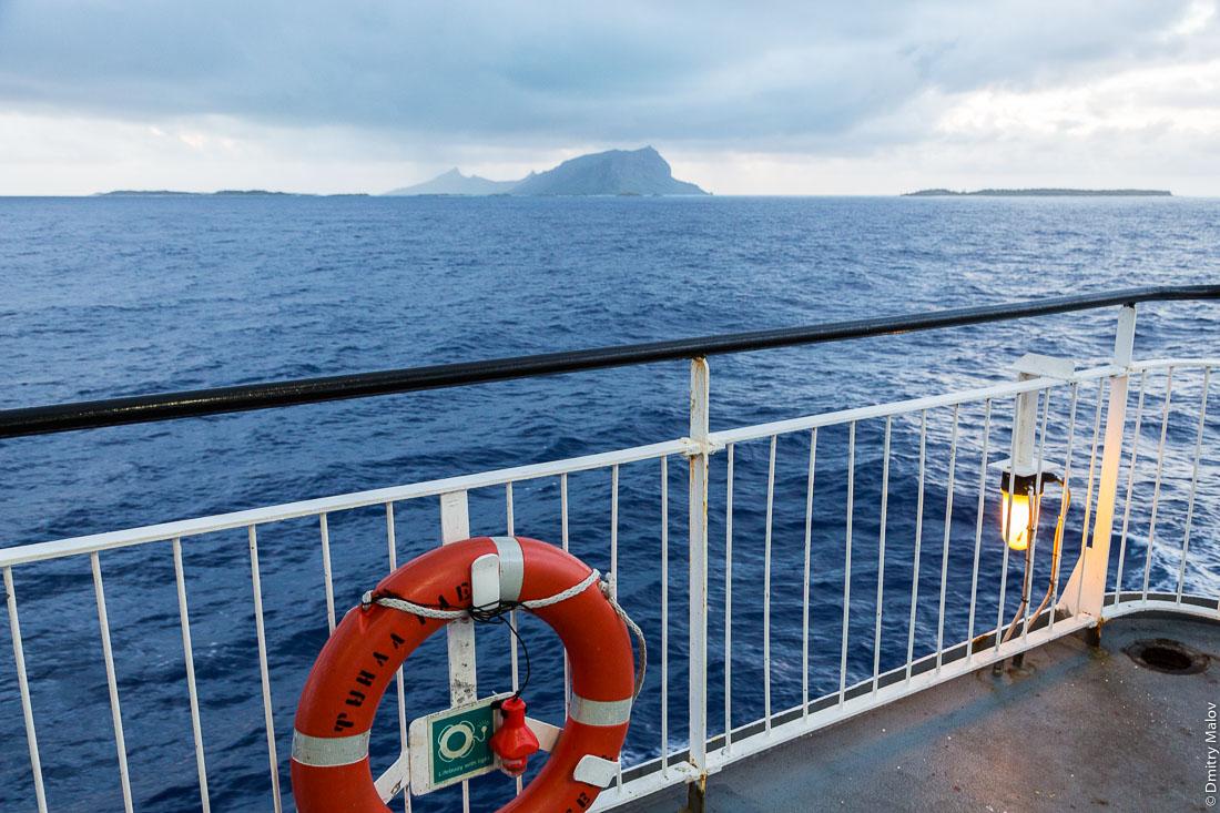 Корабль Tuhaa Pae IV отправляется. Спасательный круг. Остров Раиваваэ, архипелаг Тубуаи (Острал), Французская Полинезия. Ship Tuhaa Pae IV is leaving the port of Rairua, Lifebuoy. Raivavae, Tubuai/Austral islands, French Polynesia.