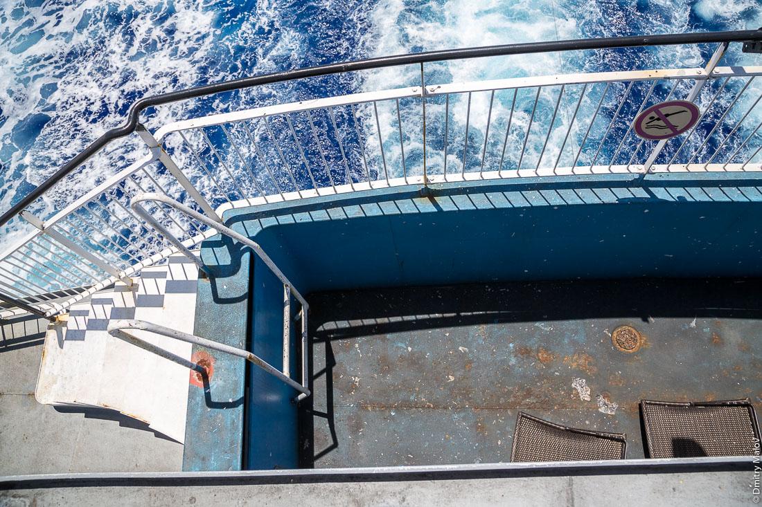 Бассейн слит. На борту грузо-пассажирского корабля Tuhaa Pae IV на пути с острова Раиваваэ, архипелаг Тубуаи (Острал) на остров Рапа-Ити, острова Басса, Французская Полинезия. On board the cargo-passenger ship Tuhaa Pae IV from Raivavae, Tubuai/Austral islands to Rapa-Iti, Bass islands, French Polynesia. Empty swimming pool