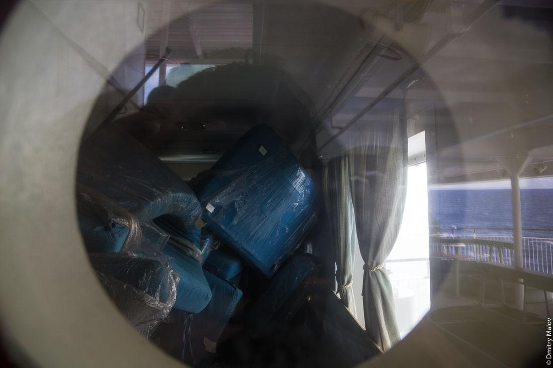 Ненужные кресла убраны в пустующую каюту. На борту грузо-пассажирского корабля Tuhaa Pae IV на пути с острова Раиваваэ, архипелаг Тубуаи (Острал) на остров Рапа-Ити, острова Басса, Французская Полинезия. On board the cargo-passenger ship Tuhaa Pae IV from Raivavae, Tubuai/Austral islands to Rapa-Iti, Bass islands, French Polynesia. Unused Chairs  stored