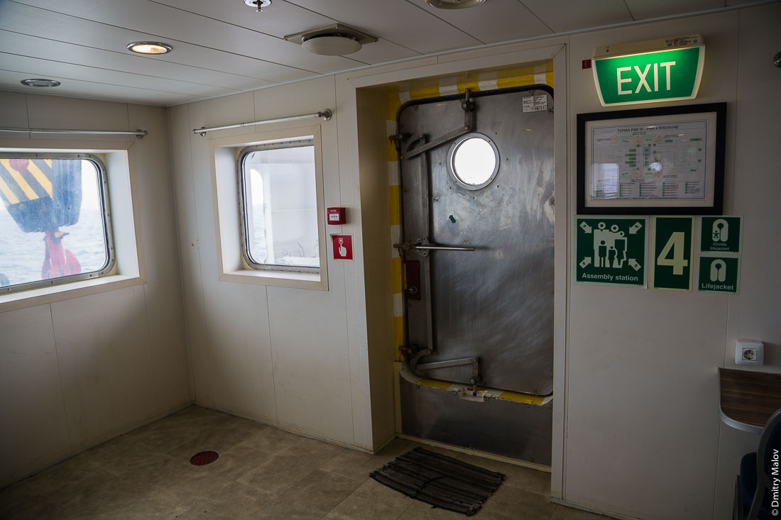 Внутри корабля Tuhaa Pae IV, Французская Полинезия. Коридоры. Inside of the ship Tuhaa Pae IV, French Polynesia. Corridors.