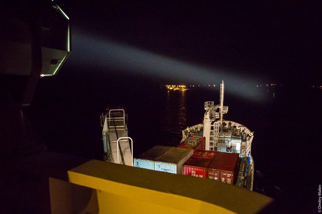 Судно Tuhaa Pae IV, архипелаг Басс, Французская Полинезия. Ночь, прожектор, прибытие на Рапа-Ити. Ship Tuhaa Pae IV, the Bass islands, French Polynesia. Arriving at Rapa-Iti island by night, searchlight