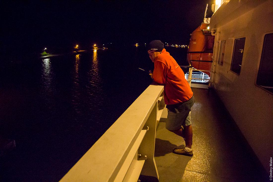 Судно Tuhaa Pae IV, архипелаг Басс, Французская Полинезия. Прибытие на Рапа-Ити. Капитан руководит швартовкой. Ship Tuhaa Pae IV, the Bass islands, French Polynesia. The captain manages the mooring. Arriving to Rapa-Iti
