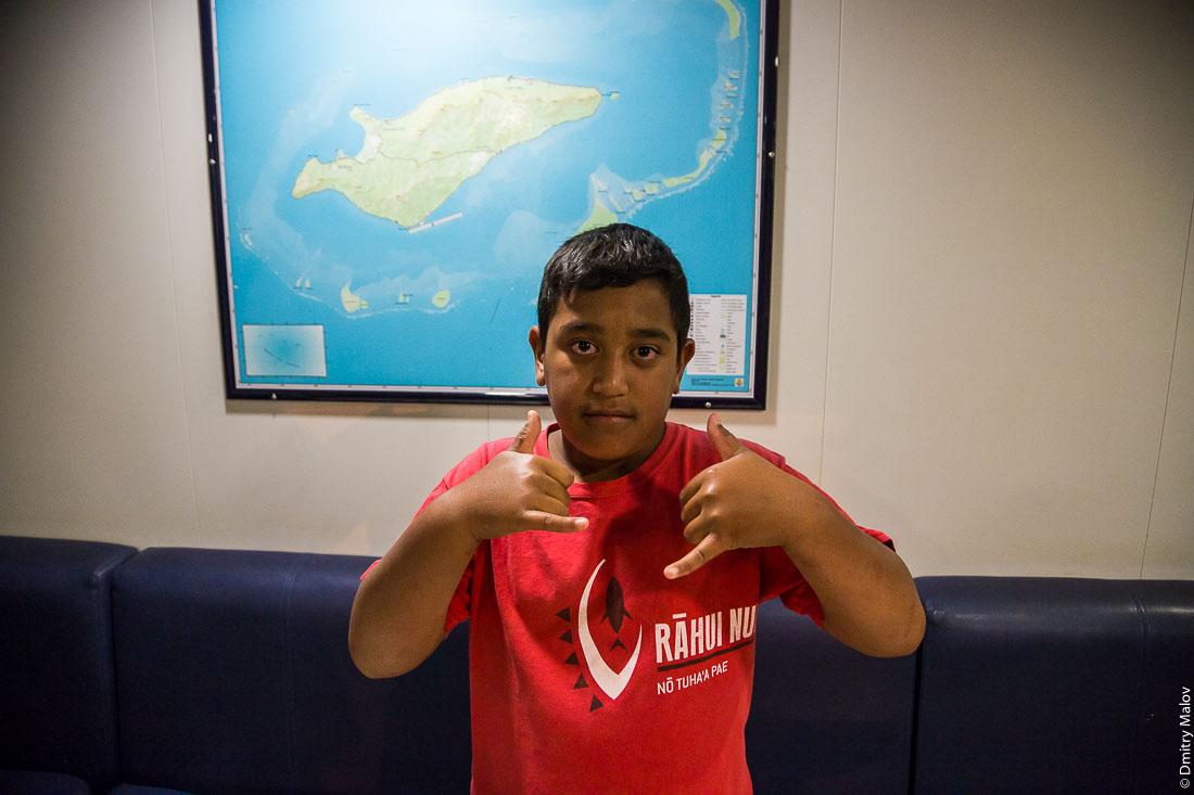 Судно Tuhaa Pae IV, архипелаг Басс, Французская Полинезия. Прибытие на Рапа-Ити. Полинезийский мальчик позирует. Ship Tuhaa Pae IV, the Bass islands, French Polynesia. Arriving to Rapa-Iti. A Polynesian boy is posing.