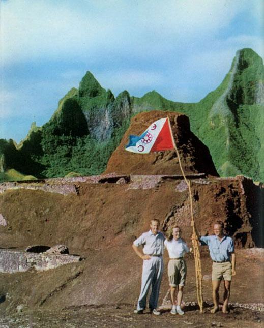 """Тур Хейердал, его жена Ивонн, Билл, руководитель раскопок, флаг экспедиции (фото из книги """"Аку-Аку"""")"""