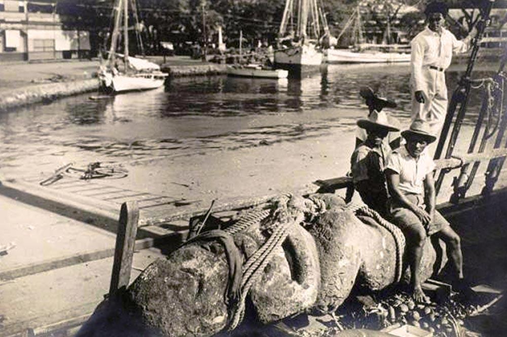 Le navire La Denise le 13 janvier 1934 à Papeete avec à son bord les tiki de Raivavae – Photo L'illustation Journal universel.