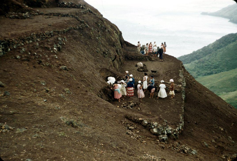 Местные женщины на раскопках, Рапа-Ити © Уильям Мэллой 1956. Rapaiti local women doing excavations for Thor Heyerdahl. Rapa iti dans les années 1950 © Mulloy 1956