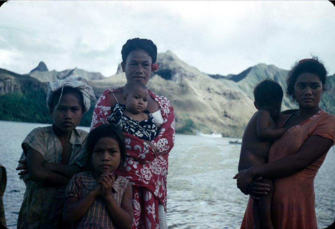 Местные женщины острова Рапа-Ити с детьми, на фоне залива и гор. Rapaiti local women with kids. Visages féminins et enfants de Rapa © Mulloy 1956