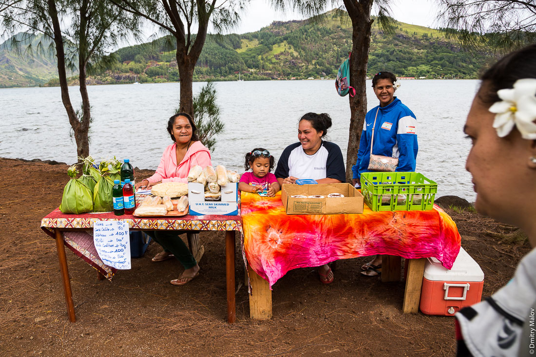 Местный маленький импровизированный рынок. Остров Рапа-Ити, острова Басс, Французская Полинезия. Rapa-Iti, The Bass Islands, French Polynesia. A small local pop-up market.