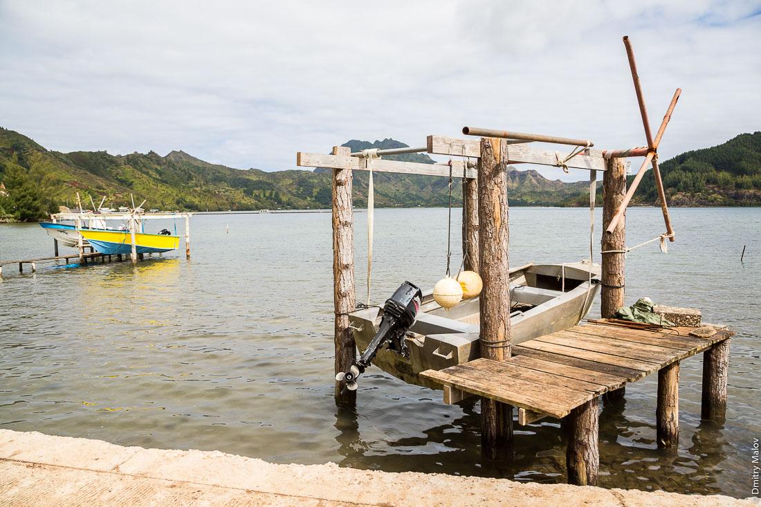 Хранение лодок на весу подвешенными на блоках. Остров Рапа-Ити, острова Басс, Французская Полинезия. Rapa-Iti, The Bass Islands, French Polynesia. Lifted Boat storage using pulleys