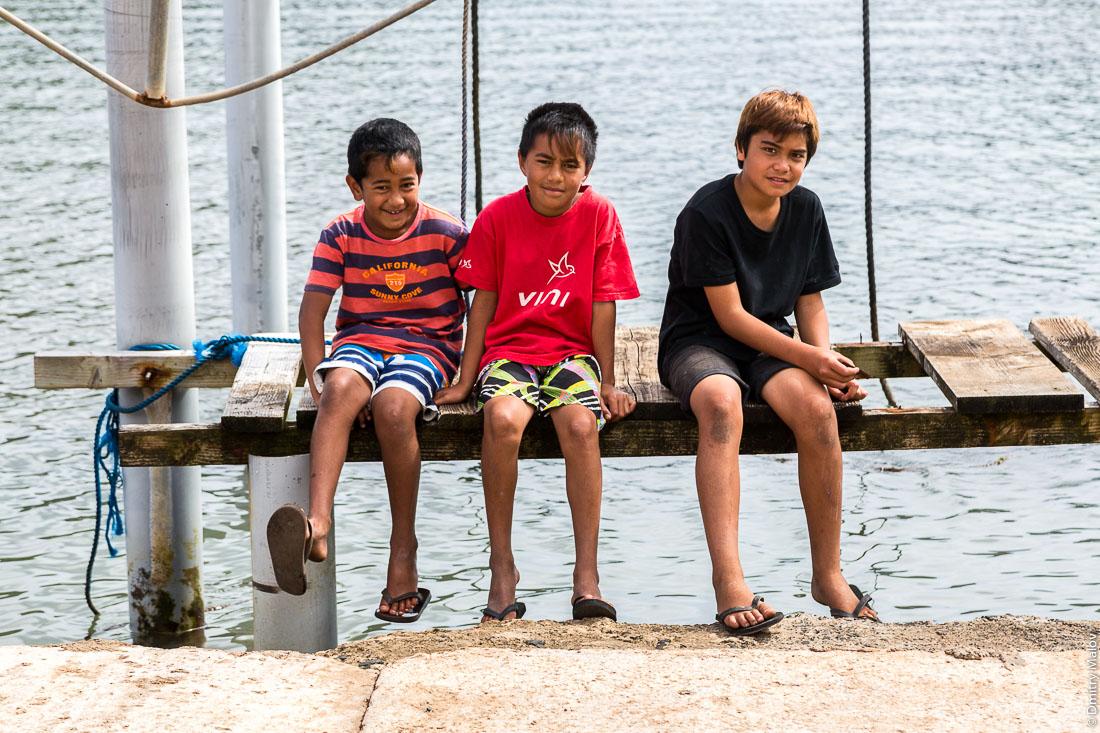 Молодые мальчики-полинезийцы. Остров Рапа-Ити, острова Басс, Французская Полинезия. Rapa-Iti, The Bass Islands, French Polynesia. Three young local Polynesian boys.