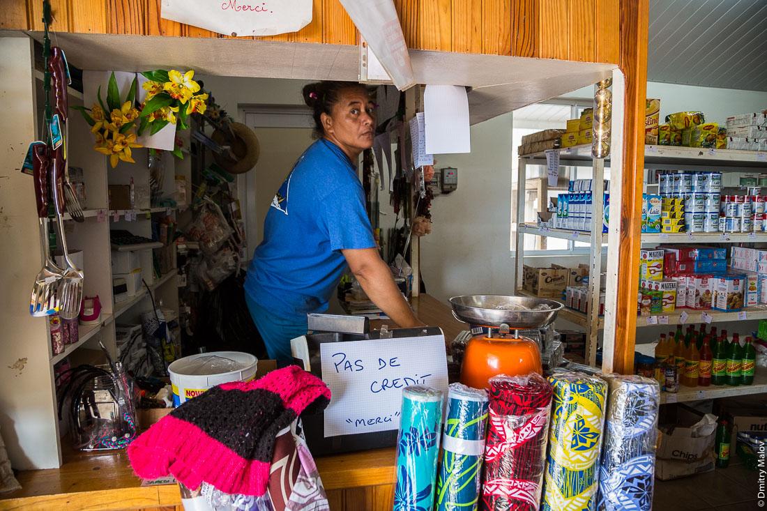 "В магазине (""не продаём в кредит""), Ауреи, остров Рапа-Ити, архипелаг Басс, Французская Полинезия. A store in Ahurei, Rapa-Iti, The Bass Islands, French Polynesia. Pas de credit, мerci (No credit, thanks)"