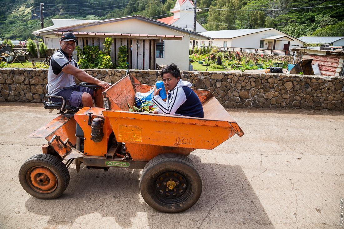 Полинезийцы — отец и сын — на квадроцикле-самосвале. Ауреи, остров Рапа-Ити, архипелаг Басс, Французская Полинезия. Ahurei, Rapa-Iti, The Bass Islands, French Polynesia. Local Polynesian people (a father and a son) in an ATV-hopper