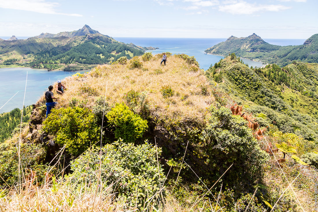 Люди на полинезийском форте Моронго Ута, остров Рапа-Ити, острова Басс, Французская Полинезия. People on Pare (Polynesian fort) of Morongo Uta, Rapa-Iti, The Bass Islands, French Polynesia.