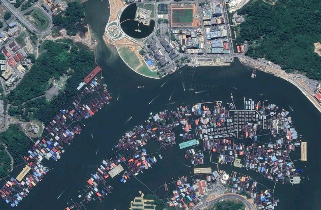 Деревня на сваях Кампунг-Айер, спутниковый снимок, Бандар-Сери-Бегаван, Бруней-Даруссалам. Kampong Ayer stilt village, satellite view, Bandar Seri Begawan, Brunei Darussalam