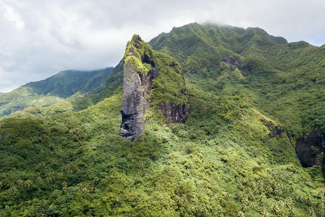 Гора в форме гигантсткой головы тики. Cliff with the shape of a Giant Tiki head in Raiatea. Раиатеа, Подветренные острова архипелага Общества, Французская Полинезия. Raiatea, Society Islands, Leeward Islands, French Polynesia.