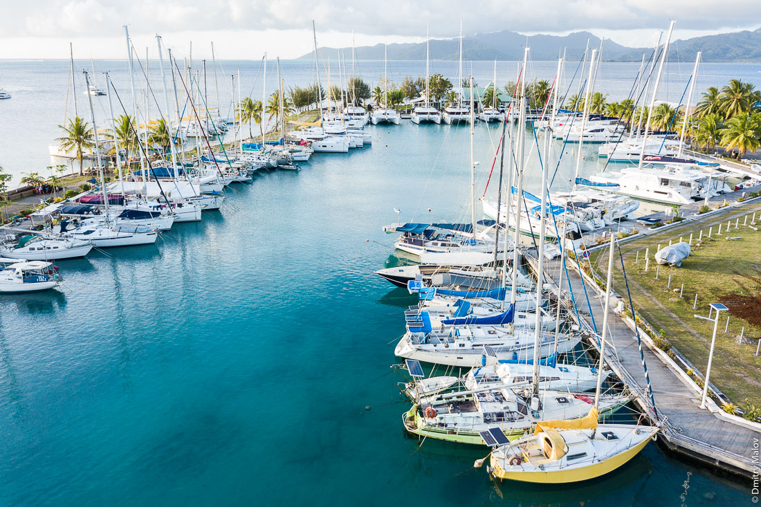 Марина Апооити, яхты, аэрофотосъемка с дрона. Раиатеа, Подветренные острова архипелага Общества, Французская Полинезия. Ra'iātea, Raiatea, Leeward Islands, French Polynesia. Apooiti Marina, yachts, aerial drone photo.