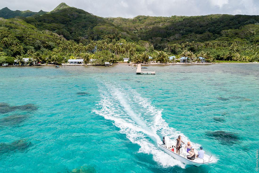 Opoa Beach Hotel. Tourists riding high speed jet boat. Raiatea, Leeward Islands, Society Islands, French Polynesia. Студенты ждут автобус. Раиатеа, Подветренные острова архипелага Общества, Французская Полинезия. Туристы в скоростном катере.