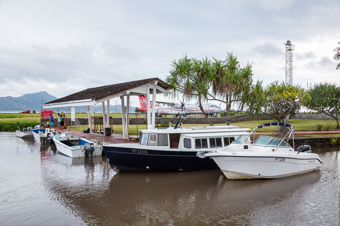 Аэропорт Раиатеа, Подветренные острова архипелага Общества, Французская Полинезия. Airport of Raiatea (Ra'iātea), Leeward Islands, French Polynesia. Лодочный причал, остров Тахаа на горизонте. Boat mooring, Tahaa Island on the horizon. F-ORVV Air Tahiti ATR 72-600, boats PY12476, PY11256