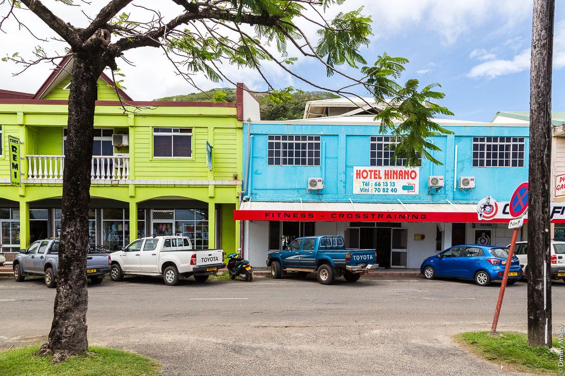 На улицах города Утуроа, Раиатеа, аэрофотосъемка с дрона. Подветренные острова архипелага Общества, Французская Полинезия. On streets of Uturoa town, Raiatea, Leeward Islands, Society Islands, French Polynesia.