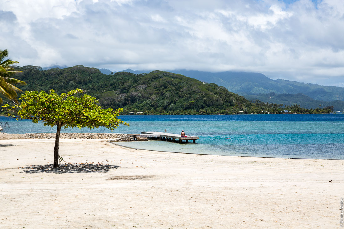 Sandy beach near Opoa, near marae Taputapuatea. Raiatea, Leeward Islands, Society Islands, French Polynesia. Студенты ждут автобус. Раиатеа, Подветренные острова архипелага Общества, Французская Полинезия. Пляж Опоа — около мараэ Тапутапуатеа.