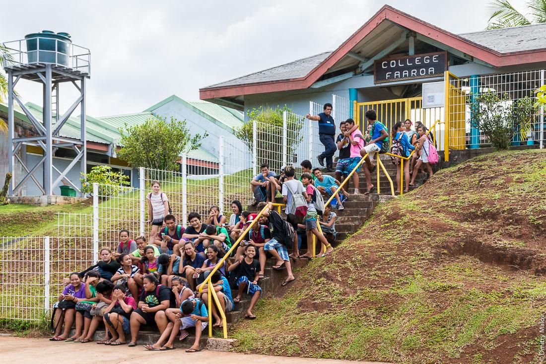 College de Faaroa. Students waiting for a bus. Raiatea, Leeward Islands, Society Islands, French Polynesia. Студенты ждут автобус. Раиатеа, Подветренные острова архипелага Общества, Французская Полинезия.