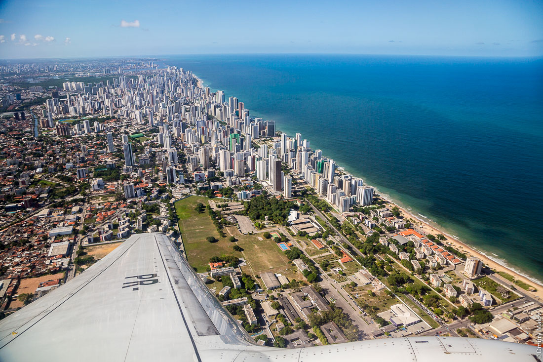 Ресифи, Пернамбуко, Бразилия. Вид городского пляжа Боа Виагем под крылом самолёта. Аэрофотоснимок. Recife, state of Pernambuco, Brazil. Boa Viagem Beach from the air