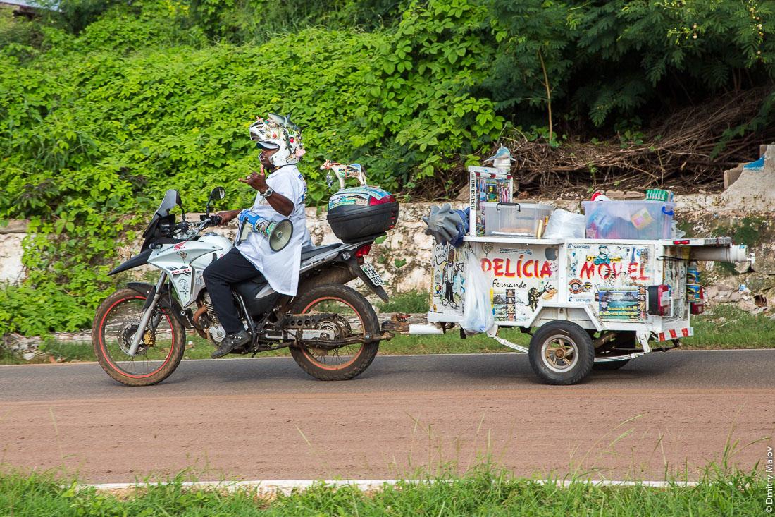 Фургон с уличной едой, остров Фернанду-ди-Норонья, Бразилия. Island of Fernando de Noronha, Brazil. A moving food stall.