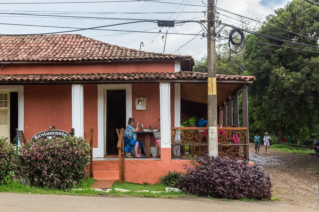 Ресторан. Улица города Вила-дус-Ремедиус, остров Фернанду-ди-Норонья, Бразилия. Street of town of Vila dos Remédios, Island Fernando de Noronha, Brazil. Restaurante.