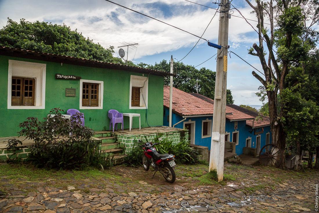 Улица города Вила-дус-Ремедиус, остров Фернанду-ди-Норонья, Бразилия. Tapiocaria. Street of town of Vila dos Remédios, Island Fernando de Noronha, Brazil