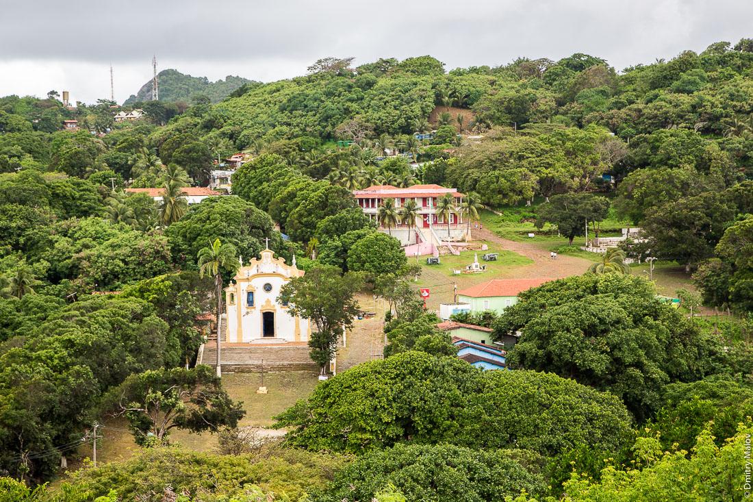 Центр города Вила-дус-Ремедиус, остров Фернанду-ди-Норонья, Бразилия. The town centre of Vila dos Remédios, Island Fernando de Noronha, Brazil