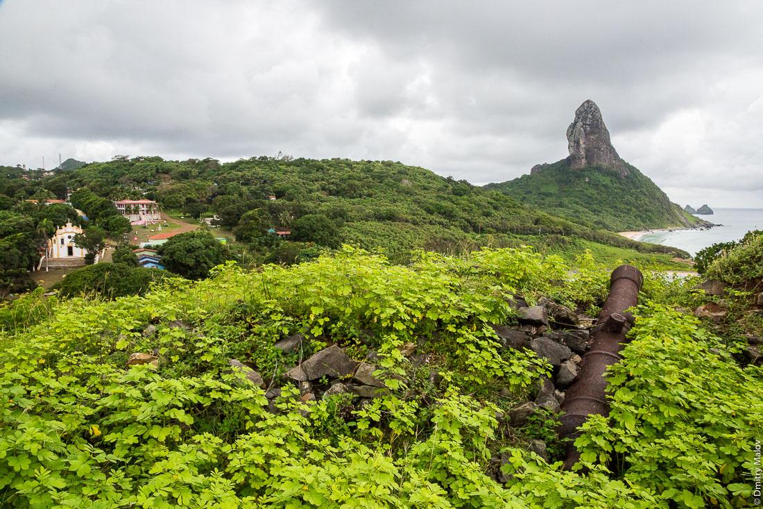 Вид на город Вила-дус-Ремедиус из форта Носса-Сеньора-дус-Ремедиус-ди-Фернанду-ди-Норонья, остров Фернанду-ди-Норонья, Бразилия. The view of town centre of Vila dos Remédios from Forte de Nossa Senhora dos Remédios de Fernando de Noronha, Island Fernando de Noronha, Brazil