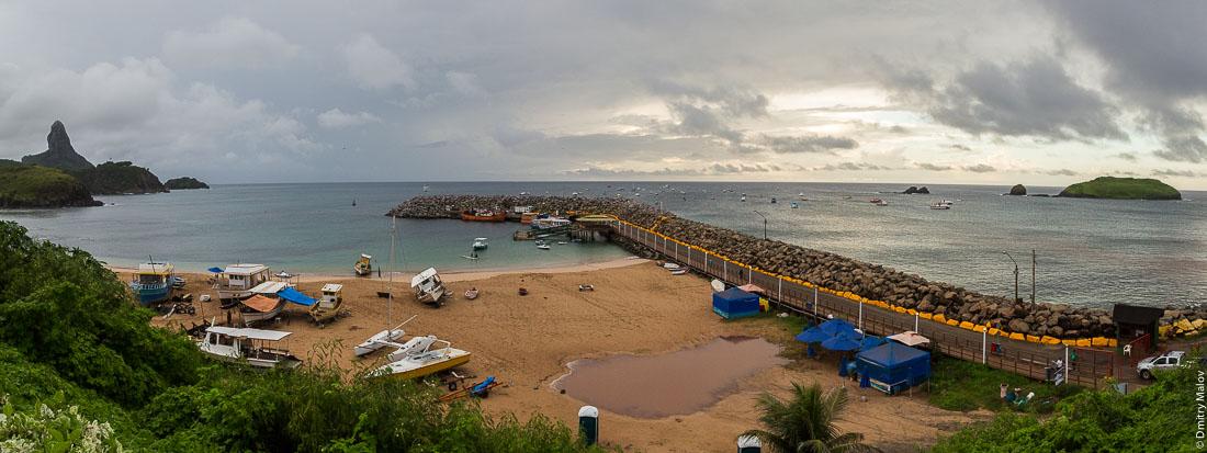 Пляж и порт Санту-Антонью. Остров Фернандо де Норонья, Бразилия. Praia do Porto De Santo Antônio, Fernando de Noronha Airport, Brazil.