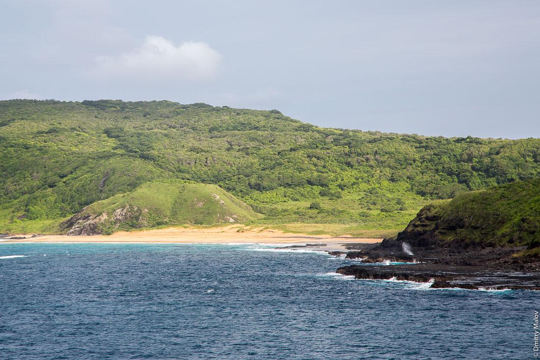 Побережье острова Фернанду-ди-Норонья, Бразилия. Coast of Fernando de Noronha island, Brazil.