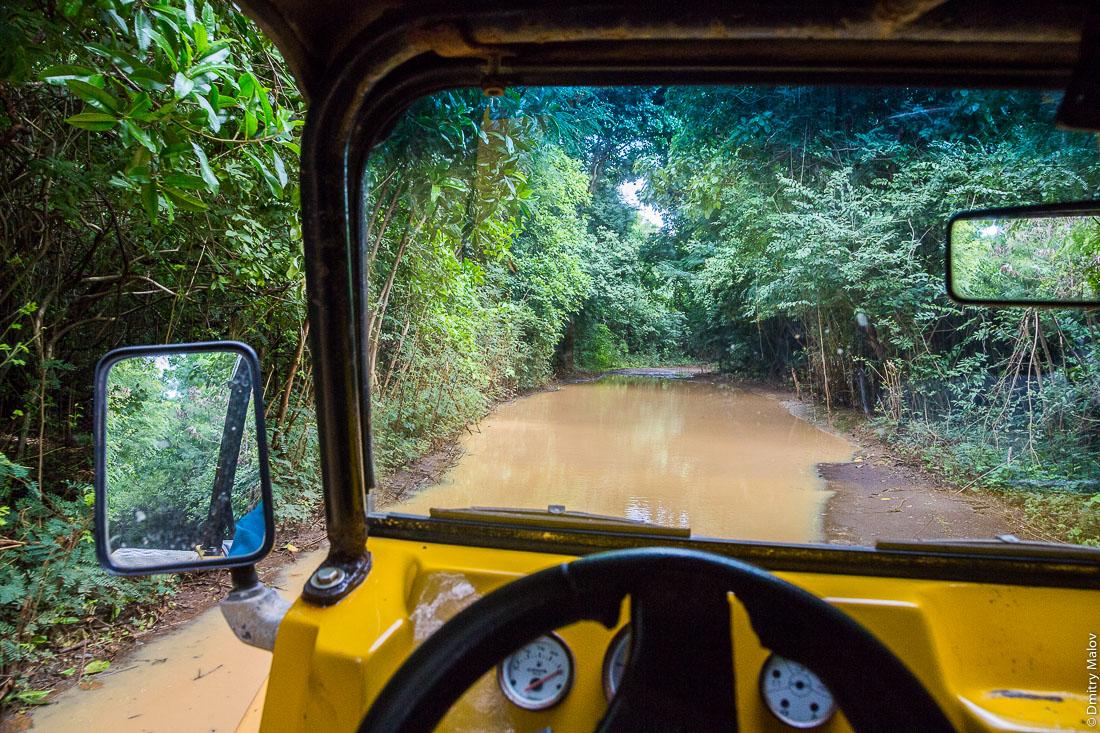 Грунтовая дорога, залитая водой, остров Фернанду-ди-Норонья, Бразилия. Flooded dirt road, Island Fernando de Noronha, Brazil.