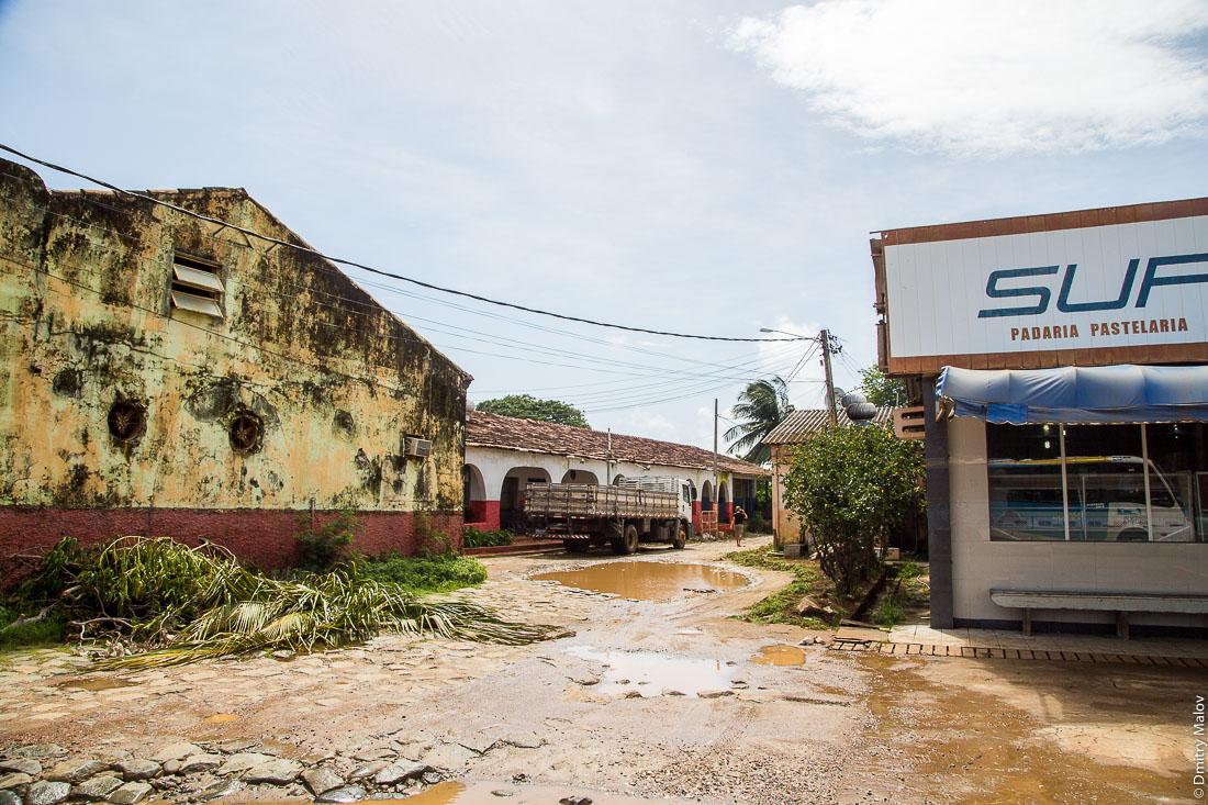 Улица города Вила-дус-Ремедиус, остров Фернанду-ди-Норонья, Бразилия. Street of town of Vila dos Remédios, Island Fernando de Noronha, Brazil. Padaria Pastelaria